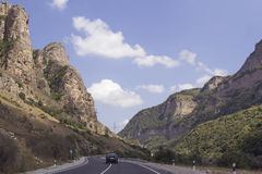 Condução de carro através da estrada da montanha Fotos de Stock Royalty Free