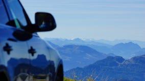 Condução de carro através das montanhas altas imagens de stock royalty free