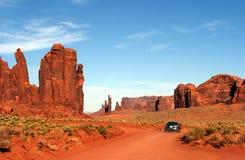Condução de carro através do vale o Arizona/Utá do monumento Imagens de Stock