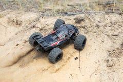 Condução de carro com erros controlada de rádio grande rapidamente e deslizar na areia Brinquedo de RC que move-se rapidamente na fotografia de stock royalty free