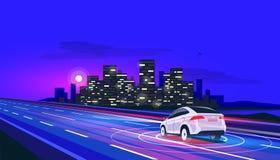 Condução de carro elétrico Driverless autônoma esperta na estrada à cidade na noite com luzes obscuras imagem de stock