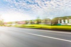 Condução de carro na estrada, borrão de movimento fotos de stock royalty free