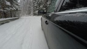 Condução de carro na estrada nevado da montanha video estoque