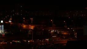 Condução de carro na estrada transversaa no lapso de tempo da cidade da noite Tráfego da noite na cidade moderna video estoque