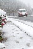 Condução de carro na neve, rua do inverno Imagem de Stock