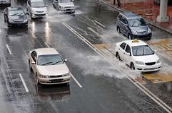 Condução de carro na rua inundada imagens de stock royalty free