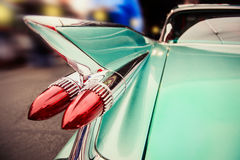 Condução de carro retro luxuosa na rua da cidade da noite de Las Vegas imagens de stock royalty free