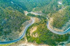 Condução de carros através das curvaturas da grande estrada do oceano foto de stock royalty free