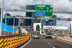Condução de carros em intercâmbios ocupados perto de CBD com signage da estrada foto de stock royalty free