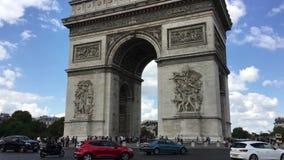 Condução de carros em torno do carrossel com Arc de Triomphe em Paris video estoque