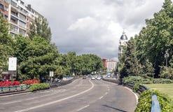 Condução de carros em uma rua em madrid Fotos de Stock