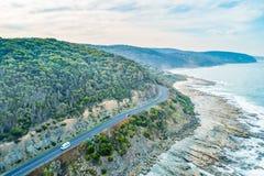 Condução de carros na grande estrada do oceano imagem de stock royalty free