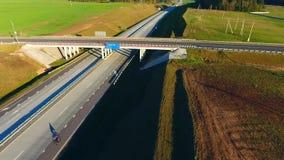 Condução de carros na ponte da estrada Junção de estrada da vista aérea Estrada da ponte do carro video estoque