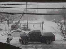 Condução de carros na tempestade da neve imagens de stock