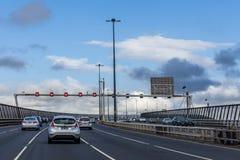 Condução de carros no trânsito intenso na ponte ocidental da porta em Melbourne, Austrália imagem de stock royalty free