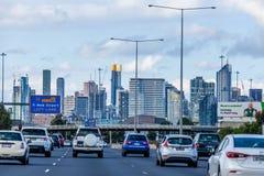 Condução de carros para a cidade CBD com signage da estrada ao aeroporto de Melbourne imagens de stock