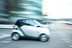 Condução de carros rapidamente na cidade Fotos de Stock Royalty Free