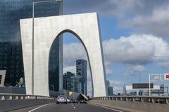Condução de carros sob o arco perto de Melbourne CBD fotografia de stock royalty free