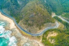 Condução de veículos na grande estrada do oceano fotos de stock