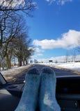 Condução desorientadamente em uma tarde fria após a neve fotografia de stock