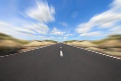 Condução direta na estrada - borrão de movimento foto de stock
