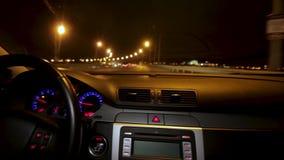 Condução do lapso de tempo da cidade da noite Timelapse da condução na noite com a câmera no carro Movimentações do homem no salã video estoque