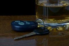 Condução e beber Imagens de Stock