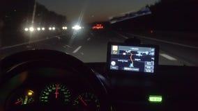 Condução em GPS de superfície em um telefone esperto visível video estoque