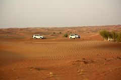 Condução em jipes no deserto Fotos de Stock