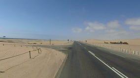 Condução em Luderitz à estrada litoral da baía de Walvis ao lado do deserto de Namib video estoque