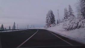 Condução em uma estrada da montanha video estoque