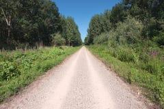 Condução em uma estrada de terra vazia Fotografia de Stock