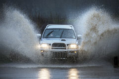 Condução em uma estrada secundária inundada imagem de stock