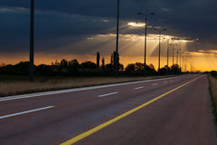Condução em uma estrada vazia ao nascer do sol bonito com Fotos de Stock