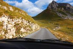 Condução em uma estrada vazia na montanha Imagem de Stock