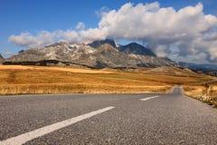 Condução em uma estrada vazia nas montanhas Fotos de Stock Royalty Free