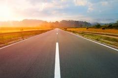 Condução em uma estrada vazia no alvorecer Imagens de Stock