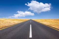 Condução em uma estrada vazia no dia ensolarado brilhante Foto de Stock