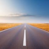 Condução em uma estrada vazia no dia ensolarado brilhante Imagens de Stock
