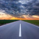 Condução em uma estrada vazia para a tempestade Imagens de Stock