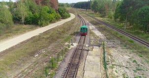 Condução locomotiva através do campo, a locomotiva que viaja lentamente em uma área arborizada video estoque