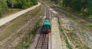 Condução locomotiva através do campo, a locomotiva que viaja lentamente em uma área arborizada vídeos de arquivo