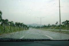 Condução na chuva Imagens de Stock