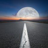 Condução na estrada aberta para a montanha e o planeta grande Fotos de Stock