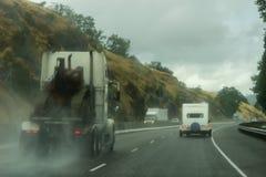 Condução na estrada norte 138 de Umpqua perto do deslize durante uma tempestade imagens de stock
