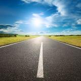 Condução na estrada vazia para o sol Fotos de Stock Royalty Free