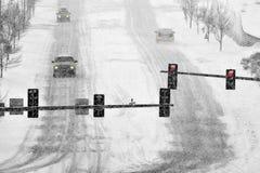 Condução na neve e em estradas nevado no blizzard do inverno fotografia de stock