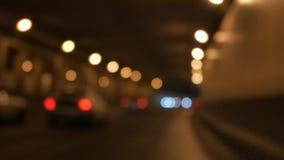 Condução na noite Opinião do para-brisa e carros borrados na cidade filme