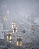 Condução na tempestade do inverno com neve do blizzard fotografia de stock