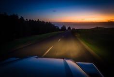 Condução no crepúsculo Imagens de Stock Royalty Free